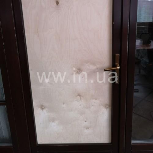 Разбитый стеклопакет в деревянной двери